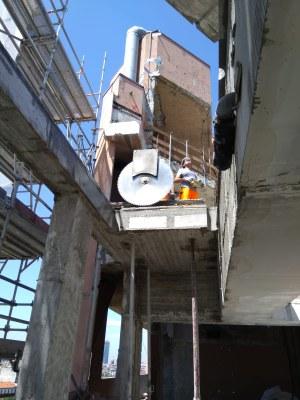 Taglio cemento armato: vantaggi e differenze del taglio con disco o con filo diamantato